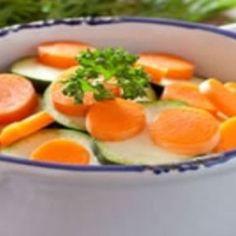 Carottes et courgettes à la vapeur, sauce moutarde – Ingrédients de la recette : 8 belles carottes, 2 courgettes, 20 cl de crème fraîche, 2 noix de beurre, 4 cuillère à soupe de moutarde