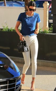 Kendall Jenner displays thin pins in white skinnies and stilettos Kylie Jenner Outfits, Kendall Jenner Estilo, Denim Crop Top, Denim Pants, Looks Style, My Style, Style Hair, White Skinnies, Inspired Outfits