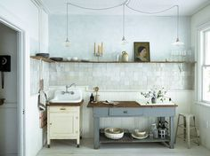 The hand made tile radiates behind open shelving stacked perfectly with kitchen-wares at this Hudson River studio. Image via from The post The hand made tile radiates behind open shelving stacked perfectly with kitchen-& appeared first on BlinkBox. Cocina Shabby Chic, Shabby Chic Kitchen, Rustic Kitchen, Kitchen Dining, Kitchen Decor, Vintage Kitchen, Kitchen Island, Country Kitchen, Vintage Sink