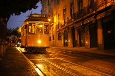 Voyage sur le tram 28 de Lisbonne ! #lisbonne #city #capital #tramway #tram #portugal #portuguese #travel #voyage #vacances #visit #tradition #europe #yellow #night #nuit