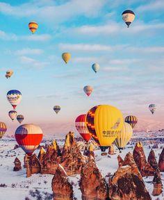 Φαντασμαγορικές εικόνες από αερόστατα στην Καππαδοκία συνθέτουν ένα εξωπραγματικό σκηνικό   eirinika.gr