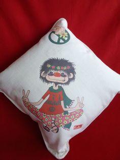 Osku Ibelieve in Peace cushion Christmas Stockings, Cushions, Peace, Holiday Decor, Home Decor, Needlepoint Christmas Stockings, Throw Pillows, Toss Pillows, Decoration Home