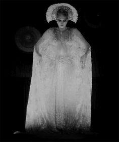 Brigitte Helm in in Fritz Lang's 1927 silent film 'Metropolis' Metropolis Fritz Lang, Metropolis 1927, Animation, Film Science Fiction, Salvador Dali, Silent Film, Film Stills, Alter, Performing Arts