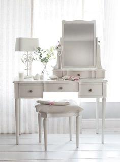 Sminkbord, tillverkad av massivt trä med handmålad, polerad finish och slipade kanter, klädd pall ingår. Inspiration från Laura Ashley.