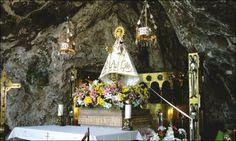 """En la Santa Cueva se venera a la Virgen de Covadonga """"La Santina"""", Patrona de Asturias, y allí está la tumba del Rey Pelayo. Es impresionant..."""
