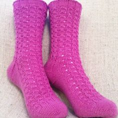 def1 Knitting Socks, Knit Socks, Mittens, November, Fashion, Wrist Warmers, Fingerless Mitts, November Born, Moda