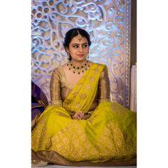 Tips To Look Breathtakingly Beautiful in Bridal Jewellery Bridal Sarees South Indian, Indian Bridal Outfits, Indian Bridal Fashion, South Indian Bride, Indian Sarees, Half Saree Designs, Pattu Saree Blouse Designs, Bridal Blouse Designs, Engagement Saree