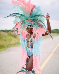 "KinkyCurlyYaki™ Textured Hair en Instagram: ""It is Caribana here in Toronto! Have fun and be safe out there! 💁🏾: @whoislissamonet 📸 : @samanthaclarke 🎀: @teamsaldenah #caribana…"""