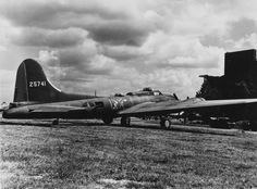 YB-40 B-17 Flying Fortress ( serial number 42-5741) of the 327th Bomb Squadron, 92nd Bomb Group
