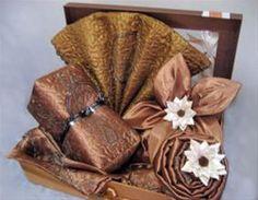 kebaya from : http://weddingpos.com/menghias-hantaran-untuk-pernikahan.html