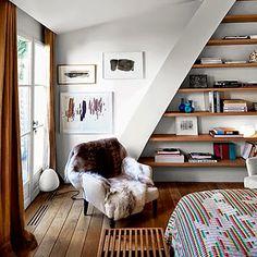 Nos encantan las estanterías, la luz de la ventana, la disposición del suelo... precioso espacio! <3