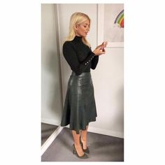 Holly Willoughby Rock - Outfit Damen Lederrock - Women in Uniform Leather Midi Skirt, Black Leather Skirts, Leather Dresses, Black Midi Skirt, Midi Skirt Outfit, Skirt Outfits, Cool Outfits, Autumn Skirt Outfit, Work Fashion