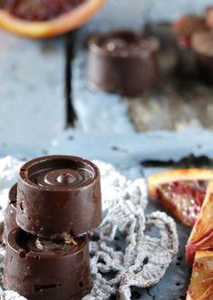 Bombones de chocolate rellenos de crema de naranja sanguina