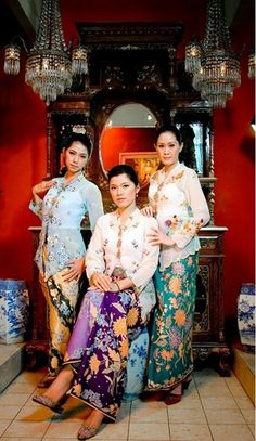Kebaya encim or peranakan. In Java worn by ladies of Chinese ancestry in Javan coastal cities with significant Chinese settlements, such as Semarang, Lasem, Tuban, Surabaya, Pekalongan and Cirebon. It marked differently from Javanese kebaya with its smaller and finer embroidery, lighter fabrics and more vibrant colors, made from imported materials such as silk and other fine fabrics. The encim kebaya fit well with vibrant-colored kain batik pesisiran (Javan coastal batik). Kebaya Lace, Batik Kebaya, Kebaya Dress, Batik Dress, Kimono, Indonesian Kebaya, Model Kebaya, Batik Fashion, Batik Blazer