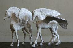 Ensemble élégant, fier et chic de deux sculptures de Pégase - une œuvre dart qui va ajouter le chic à votre maison !  Pégase, le cheval légendaire qui a été créé à partir du sang de Méduse et le porteur de la foudre de Zeus, est un symbole bien connu de chance et de succès. Jai conçu ce bel ensemble de deux chevaux pour apporter la chance double à tout le monde qui choisit de prendre ces Pegasi fier à domicile:)  Cette sculpture a pour but de dépeindre sa magnificence à travers la simplicité…