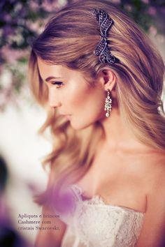 Penteado de noiva - Cabelo solto com pente prendendo uma lateral (Foto: Márcio Rodrigues) #casamento #noiva #penteado