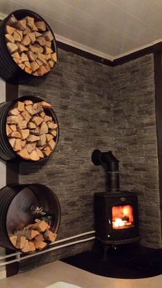 Olievat als haardhout opslag Oil barrel as firewood storage woodstovesurround Wood Stove Surround, Wood Stove Hearth, Stove Fireplace, Wood Burner, Fireplace Design, Fireplace Hearth, Corner Wood Stove, Wood Stove Wall, Fireplaces