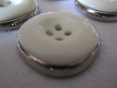 20 Stück Montageknöpfe 4 Loch,2 Teilig Silber/Weiß,Quadratoptik,Durchmesser ca.22 mm,Neu,Lübecker Knopfmanufaktur von Knopfboutique auf Etsy