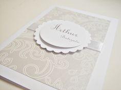 Convite com capa em papel metalizado (consulte opções de papéis e cores), fita e tag.