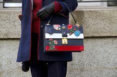 Pin for Later: OMG! Die Schuhe und Taschen auf den Straßen New Yorks Street Style: Taschen und Schuhe bei der New York Fashion Week Tasche von Gucci.