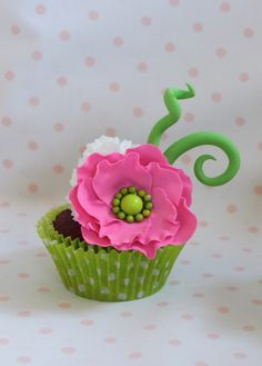 Spring Cupcakes Inspired by a cupacke I saw done by Hey, there cupcake. Spring Cupcakes, Fancy Cupcakes, Sweet Cupcakes, Flower Cupcakes, Amazing Cupcakes, Pretty Cupcakes, Mini Wedding Cakes, Wedding Cupcakes, Mini Cakes