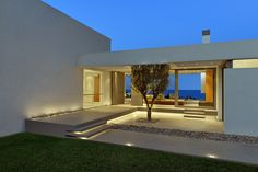 Image 11 of 28 from gallery of House in Zakynthos / Katerina Valsamaki Architects. Photograph by Konstantinos Thomopoulos Architecture Antique, Residential Architecture, Architecture Design, Bungalow, Terrasse Design, Design Exterior, Greek House, Minimalist Home Decor, House Entrance