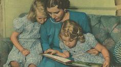 Dagens billede – Dronning Ingrid læser højt for døtrene (1949)