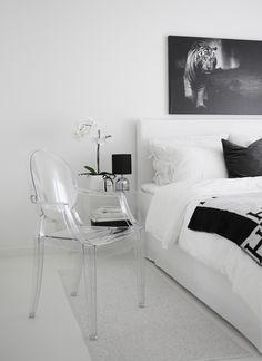 Weiß Wohnen: mit dem durchsichtigen Louis Ghost Chair vervollständig Johanna ihre monochrome Inneneinrichtung | #connox #beunique
