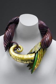 Liv Blåvarp(born 1956, Norway), Necklace, 2002. Dyed sycamore, painted birch and gold leaf. Mint Museum, Charlotte, NC. © 2013 Liv Blåvarp. (MIN-70)