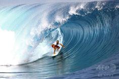 仏領ポリネシア・タヒチ(Tahiti)島のチョープー(Teahupoo)で開催された世界プロサーフィン連盟(ASP)の男子ワールドツアー「ビラボン・プロ・タヒチ(Billabong Pro Tahiti)」で技を競う、米国のC・J・ホブグッド(C. J. Hobgood)選手(2014年8月18日撮影)。(c)AFP/GREGORY BOISSY ▼22Aug2014AFP|バトル繰り広げるサーファーたち、タヒチでプロサーフィン大会 http://www.afpbb.com/articles/-/3023730