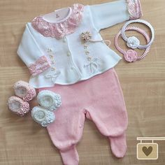 Por si só, esse conjuntinho já chama atenção pela delicadeza e detalhes encantadores. Mas para complementar a produção, que tal sapatinhos… Baby Knitting Patterns, Baby Patterns, Toddler Outfits, Kids Outfits, Bebe 1 An, Baby Lux, Baby Girl Nursery Themes, Cool Baby Clothes, Little Diva