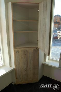 Hoekkast op maat met steigerhouten deuren, gemaakt in onze eigen werkplaats. Geheel in stijl van de door ons geleverde en geplaatste steigerhouten keuken.