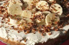 Banoffee paj är nog den absolut godaste pajen, både knaprig, söt kola, fräscha bananer och len grädde! Det speciella med denna pajen är den kondenserade mjölken i konservburk. Denär lite kul fakti...