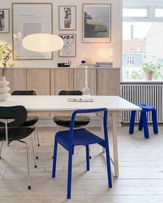 """Grøn + White on Instagram: """"Crushing on this!! 💙 I just love the home of @poppelgade Always so inspiring 😊 . Have a lovely Sunday everyone! . . #nordicdesign…"""" Diy Projects Ikea, Large Storage Units, Blue Table Settings, Swedish Kitchen, Ikea Wardrobe, Interior Styling, Interior Design, Turbulence Deco, Table Setting Inspiration"""