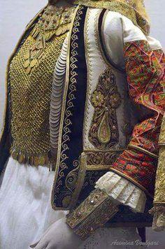 Νυφιάτικη φορεσιά. από το Κορωπί Αττικής. Μουσείο Μπενάκη. Φωτογραφία: Ασημίνα  Βούλγαρη