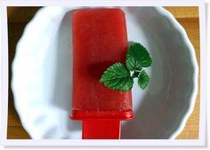 Schnell gemacht und immer auf Vorrat: das Wasser-Eis aus Fruchtsaft. Mehr Eis-Ideen zum Selbermachen findet Ihr auf unserem Blog.