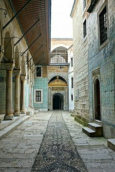 Located in Istanbul, Topkapi Palace is the largest and oldest standing palace in the world today. Turkish Architecture, Ancient Architecture, Historical Architecture, Gothic Architecture, Places Ive Been, Places To Visit, Bulgaria, Istanbul City, Mayan Ruins
