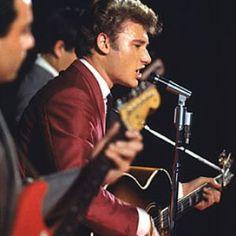 photo johnny hallyday en 1972   apparition sur scène avec une guitare acoustique sunburst ; Johnny ...
