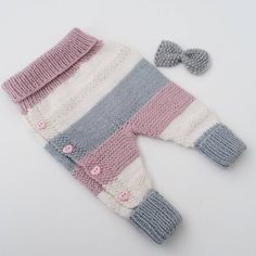 How to Make Knitted Baby Pants? Knitting For Kids, Baby Knitting Patterns, Baby Patterns, Free Knitting, Pull Bebe, Baby Barn, Diy Bebe, Baby Pullover, Knitted Baby Clothes