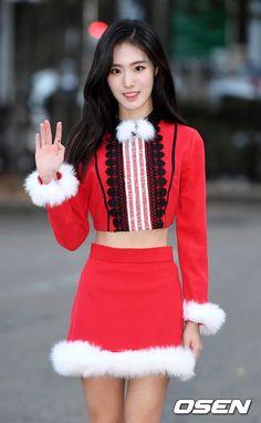 OSEN - [사진]유설,'출근길에 나타난 아름다운 산타' Korean Women, Korean Drama, Kpop Girls, Pretty Girls, Girl Group, Idol, Entertainment, Actresses, Style
