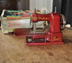 Vintage-1950s-60s-Vulcan-Senior-Childs-Sewing-Machine-original-box