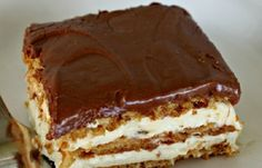 Bake Eclair Cake No Bake Eclair Cake Recipe - keep these ingredients on hand in case an emergency, last-minute dessert is needed!No Bake Eclair Cake Recipe - keep these ingredients on hand in case an emergency, last-minute dessert is needed! No Bake Eclair Cake, Eclair Cake Recipes, No Bake Cake, Chocolate Eclair Cake, Chocolate Frosting, Whip Frosting, Eclair Recipe, Dessert Chocolate, Treats
