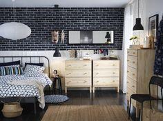 TARVA ladekast | IKEA IKEAnl IKEAnederland inspiratie wooninspiratie interieur wooninterieur grenen hout houtlook KOPARDAL bedframe bed slaapkamer kamer slapen bedtextiel dekbedovertrek FLÖNG vloerkleed kast kledingkast opbergen opberger opbergmeubel