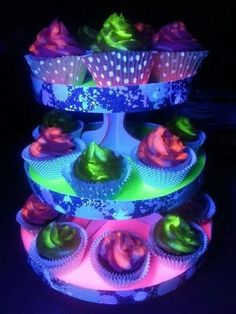 Black light glowing cupcakes and stand. The key to 'glow in the dark' cupcakes, you ask?Best neon lighting ideas, an original neon lighting ideas, wonderful neon, Neon cupcakes. Glow In The Dark Cupcakes, Neon Cupcakes, Glow In Dark Party, Cupcake Cakes, Cupcake Frosting, Cup Cakes, Dance Cupcakes, Galaxy Cupcakes, Vanilla Frosting