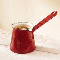 Pratique pour faire mijoter lait, sauce, soupe et réchauffer le café. Le long manche facilite le service. En émail.