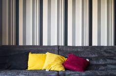 Meu sofá antigo com almofadas coloridas. #papeldeparede  #sofa #almofadas #instadecor #homedecor #decoracao #decoracaodeinteriores #designdeinteriores #decorandooap #interiordesign