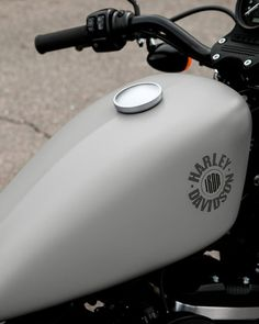 An original icon of the Harley-Davidson® Dark Custom style. It sets the standard for the raw, stripped-down, blacked-out look. Harley Davidson France, Harley Davidson Dark Custom, Used Harley Davidson, Harley Davidson Motorcycles, Motorcycle Gifts, Motorcycle Gloves, Bobber, Hd 883 Iron, Dragster