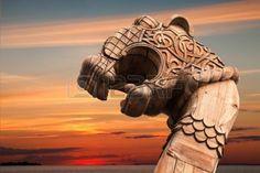 Carved Dragon en bois sur la proue du navire Viking dessus ciel nuageux en soir�e photo