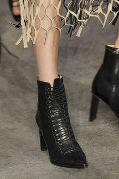 Sfilate di New York: le scarpe più belle - Vanityfair.it Black Ankle Boots, Vanity Fair, Yorkie, Peep Toe, Booty, Heels, Sneakers, Fashion, Moda