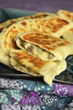 La crêpe turque ou Gözleme set moelleuses et farcie. A la viande hachée épic. The Turkish pancake or Gözleme set soft and stuffed. With spicy minced meat and cheese, it is delicious and light! Hamburger Meat Recipes Ground, Healthy Hamburger, Healthy Meat Recipes, Cooking Recipes, Cooking Bacon, Cooking Wine, Turkish Recipes, Indian Food Recipes, Gozleme